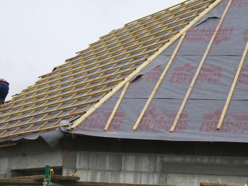 Charpente fermette et mur bloc ponce maison en construction - Lp charpente ...